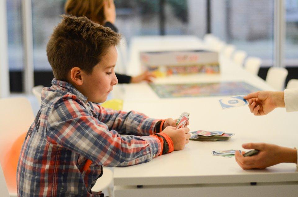 Kinderen spelen spelletje in de gemeeenschappelijke ruimte