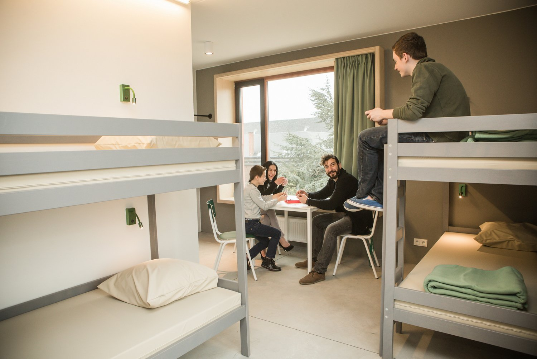 Familie met twee kindjes in een vierpersoonskamer