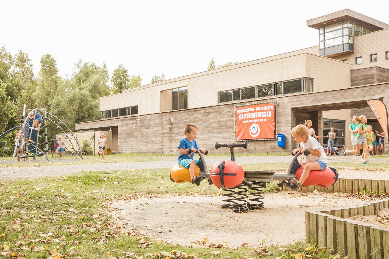 Speeltuin en buitenaanzicht van de hostel