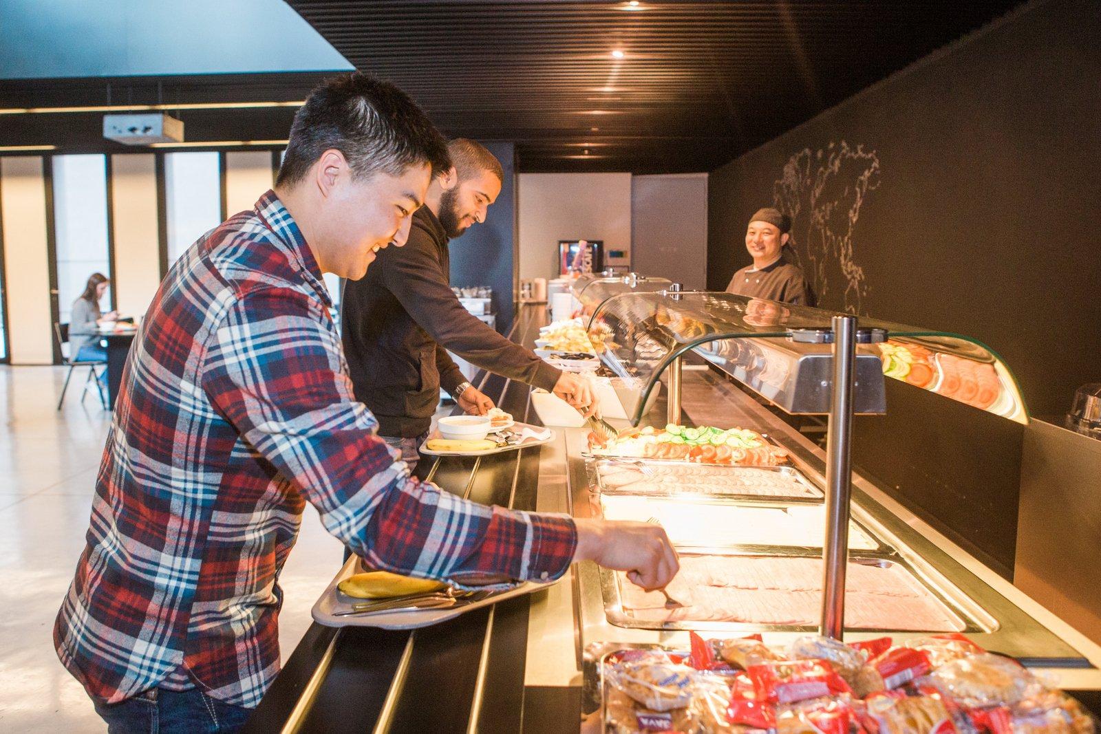 gasten schuiven aan bij het buffet in de eetzaal
