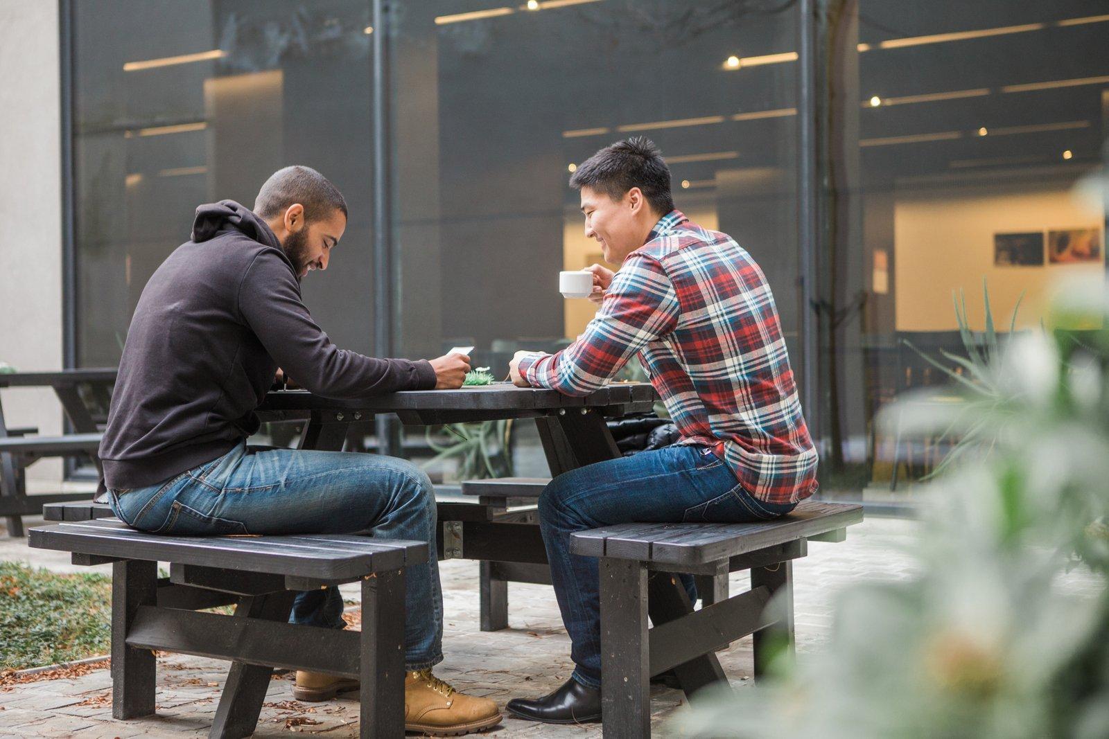 Jongeren drinken koffie op het binnenplein