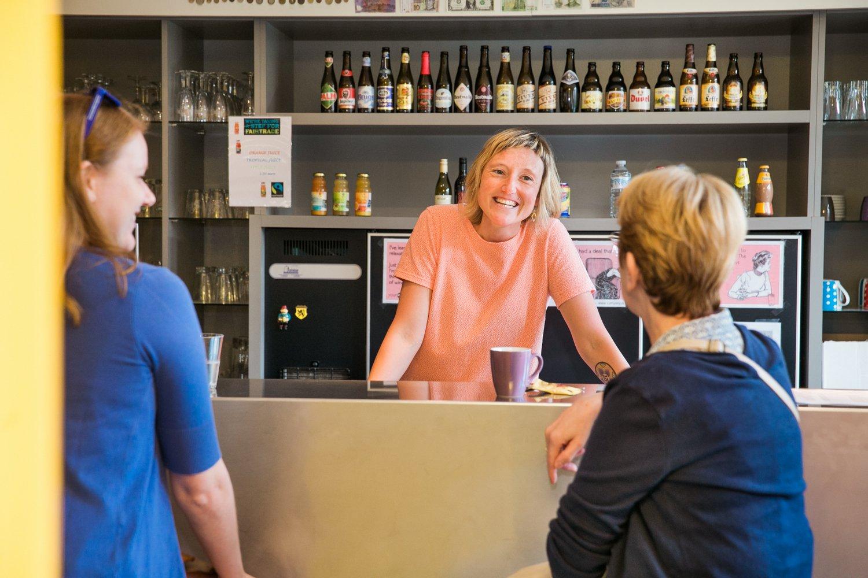 gasten maken een praatje aan de bar
