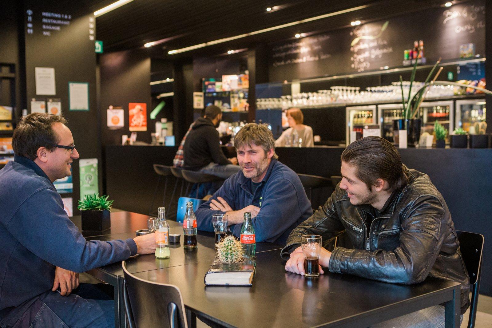Hôtes dans le bar