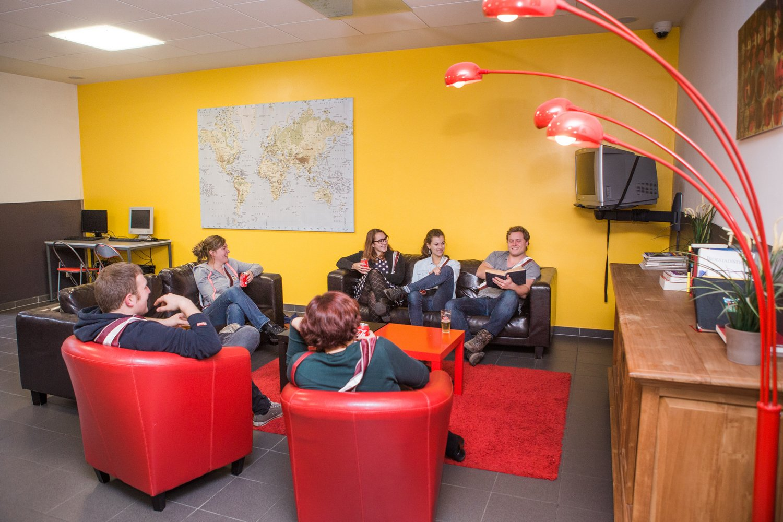 Studenten maken plezier in de lounge