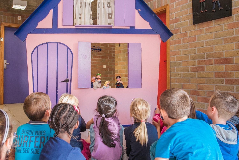 Poppentheater in de jeugdherberg
