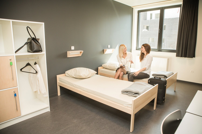 Twee meisjes in een tweepersoonskamer