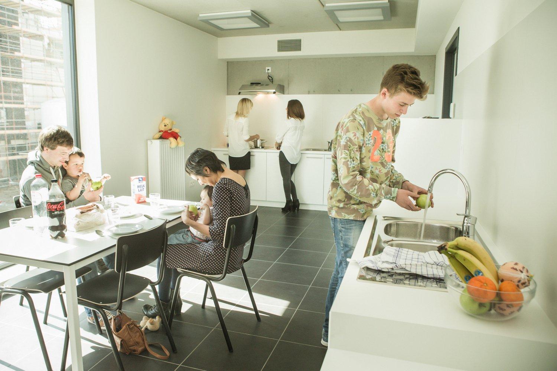 Gasten koken hun potje in de gastenkeuken