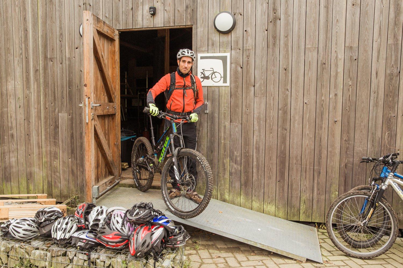 Mountainbiker haalt fiets uit fietsenstalling