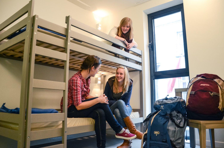 Jongeren op een vierpersoonskamer