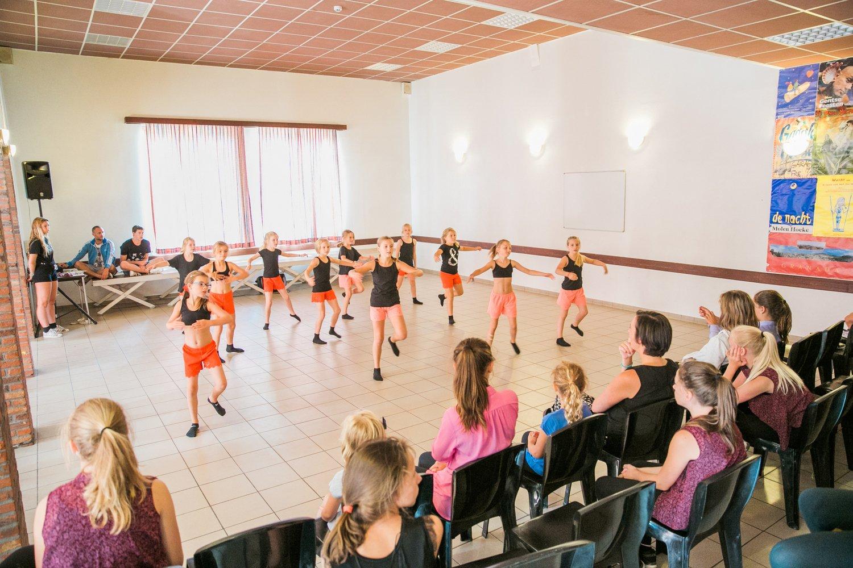 Groep kinderen geeft optreden