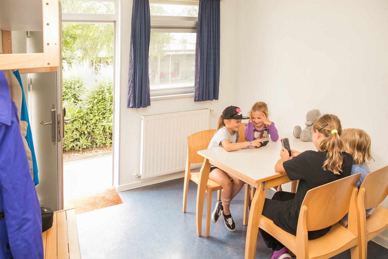 Kinderen spelen in een kamer