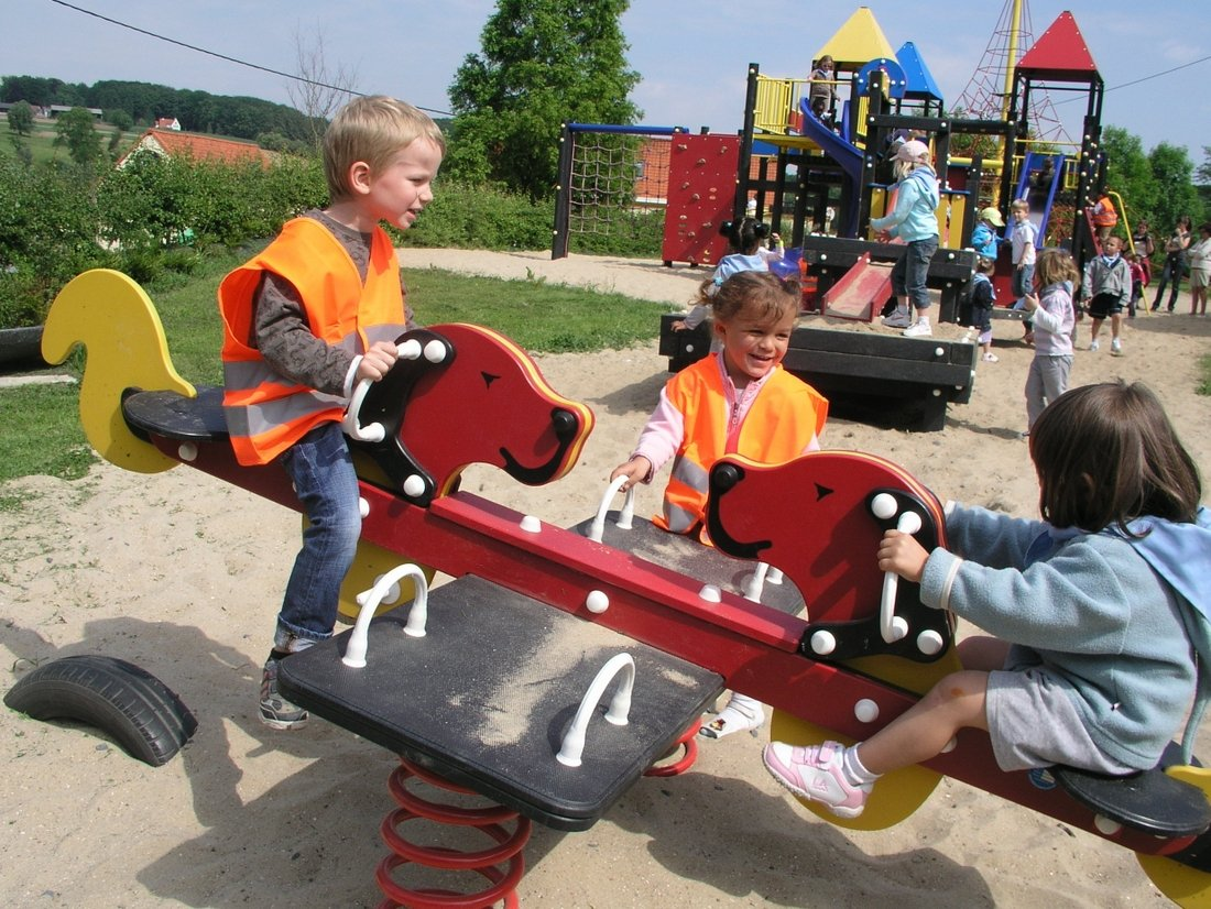 Kinderen hebben plezier in de speeltuin