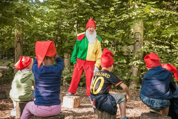 Kinderen luisteren naar sprookjesvertellingen in het sprookjesbos