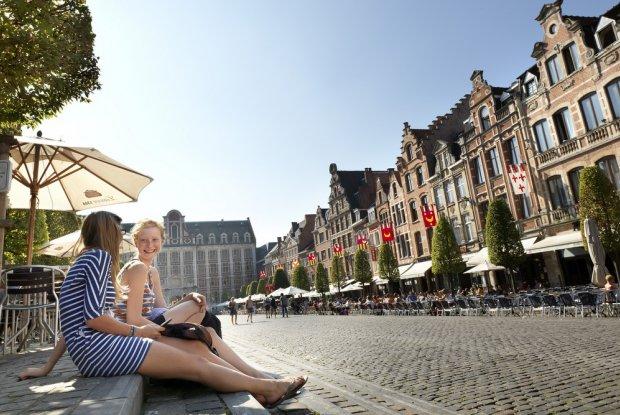 jongeren op de Oude Markt in Leuven
