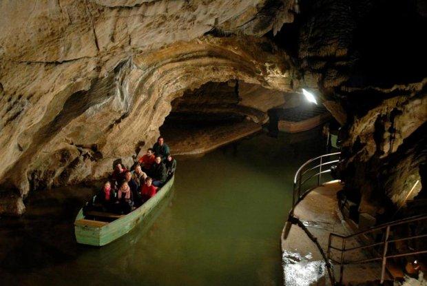 Met de boot door de grotten