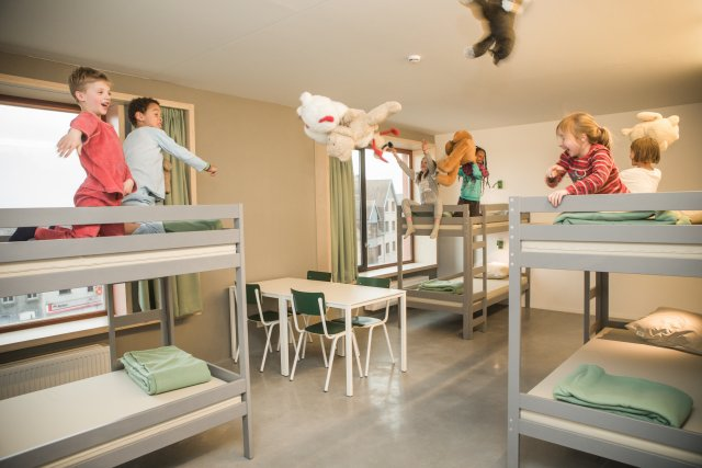 Kinderen spelen met knuffels in een kamer
